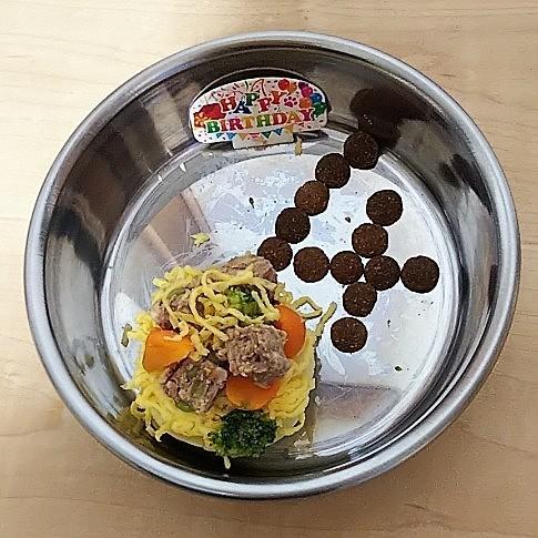 お皿に移しかえた時に崩れてしまいました😣 なんとか形を整えて、普段の乾燥ご飯で4歳の文字を作ってみました。
